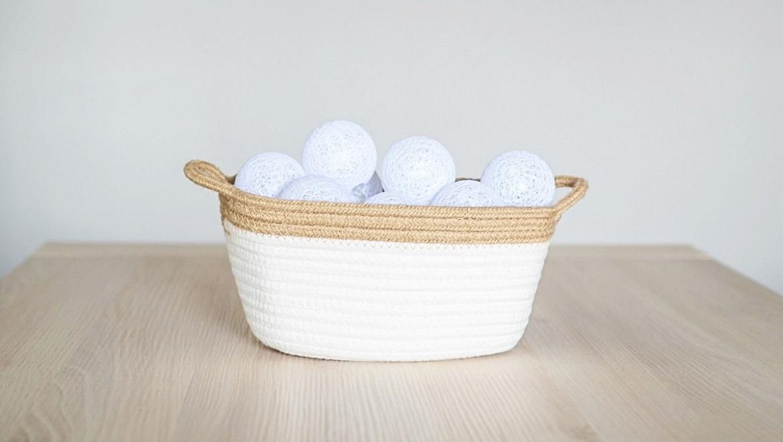 guirnaldas-blancas-en-una-cesta-blog
