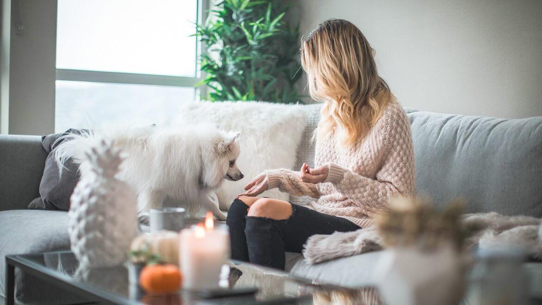 mujer-en-el-salon-con-un-perro