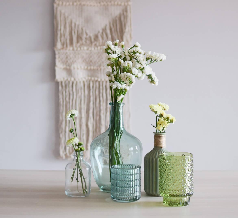damajuana-verde-sobre-una-mesa